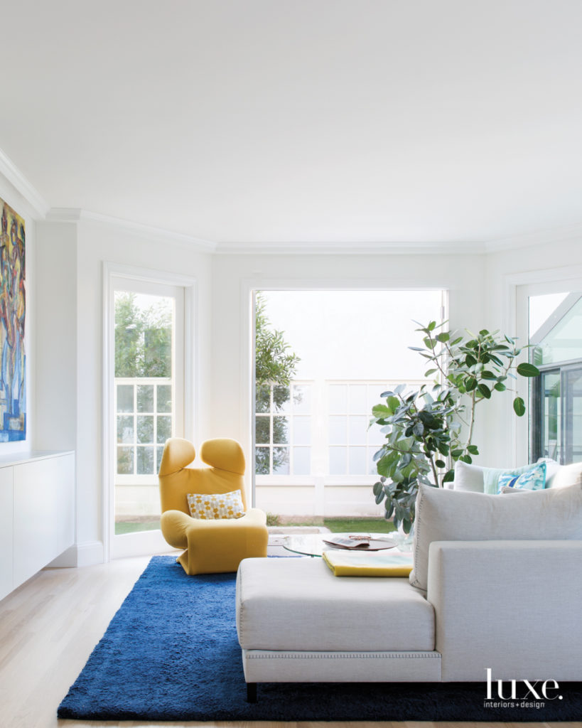 karpet biru klasik yang menciptakan kebahagiaan keluarga