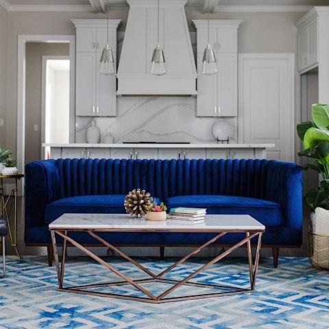 sofa dengan warna biru klasik yang terkesan elegant